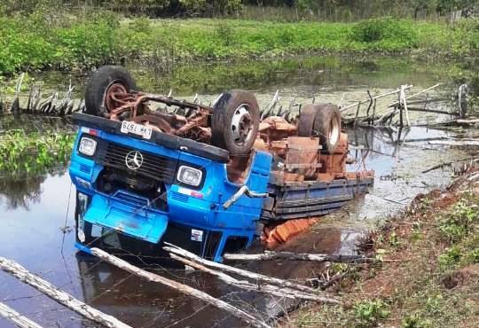 Caminhão sai da pista e cai dentro de açude em União