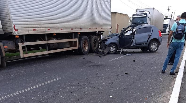 Motorista fica preso às ferragens após perde o controle e colide em carreta estacionada