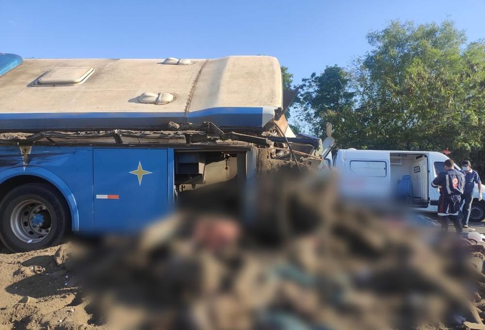 Batida entre ônibus e caminhão bitrem mata 41 pessoas em SP
