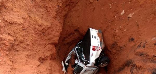 Motorista é surpreendido e carro cai em cratera na BR-222 no MA