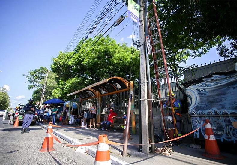 Mulher morre eletrocutada ao esperar ônibus em frente ao HGVv