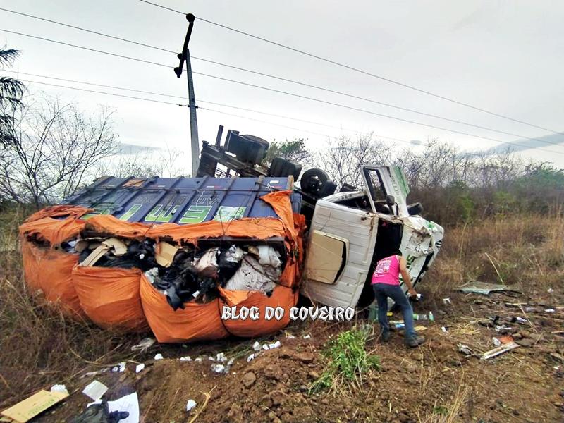 Caminhão capota e colide em poste deixando vários municípios sem energia elétrica