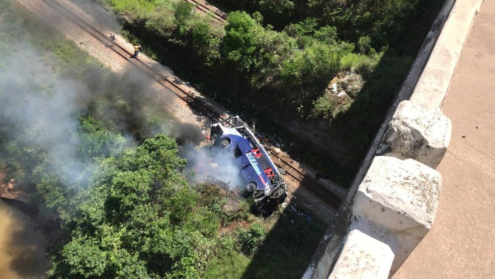 Ônibus cai de viaduto e mata 14 pessoas; motorista fugiu