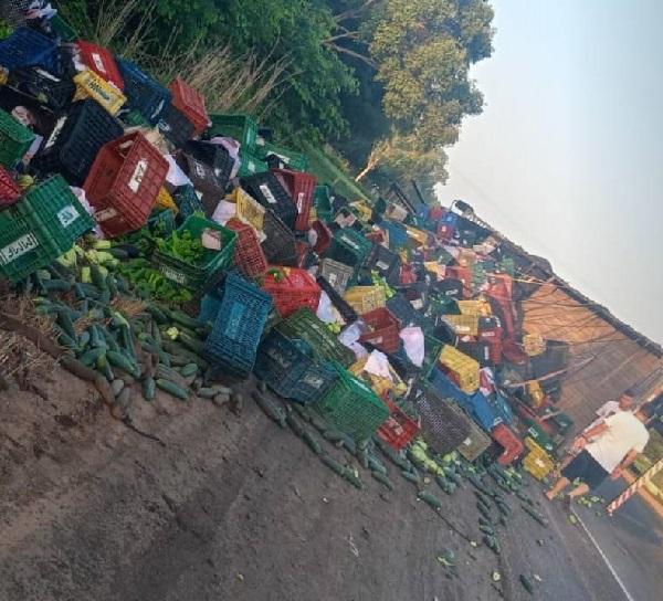 Caminhão carregado com verduras tomba na BR-343 em Altos