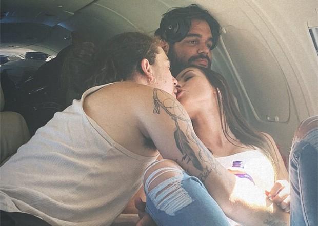 Em jatinho, o Whindersson ganha o beijo da namorada Maria Lina Deggan; Veja