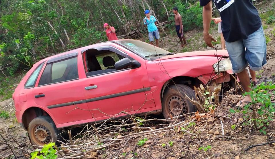 Motorista perde o controle do carro, desce ribanceira e sai ferido, na PI 211
