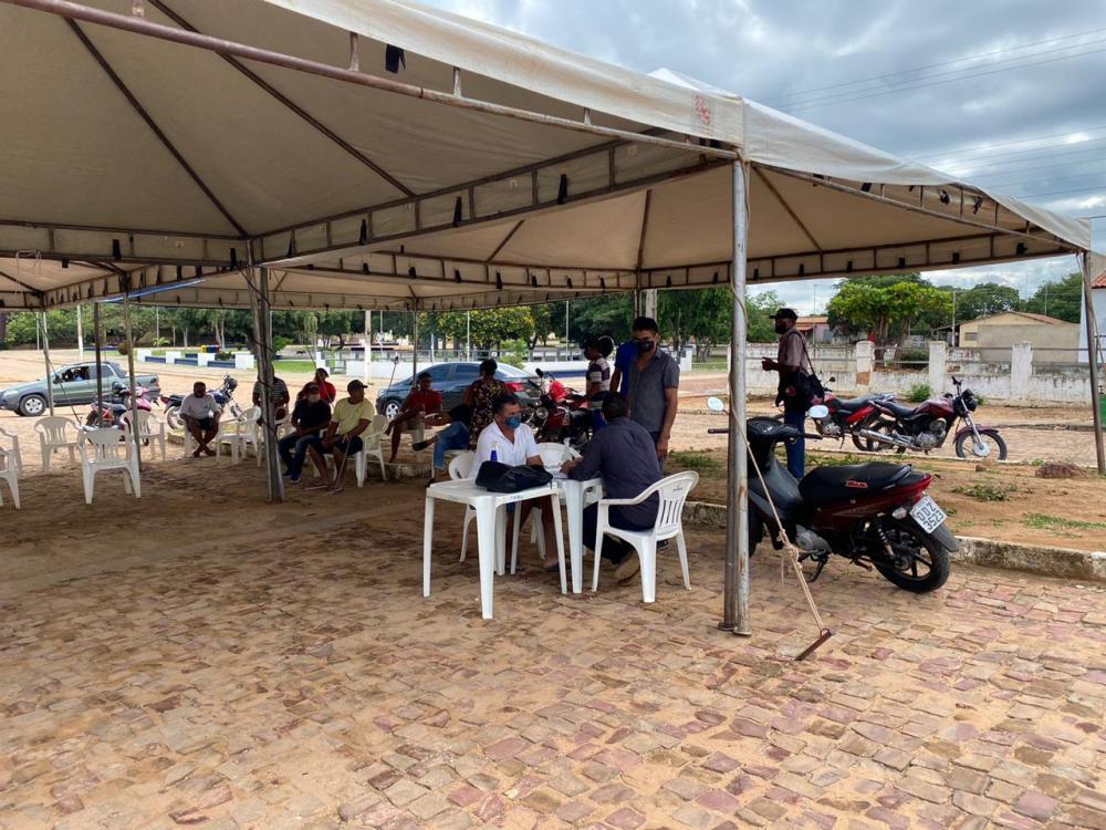 Prefeito de cidade do Piauí atende em tenda por fala de prédio da prefeitura