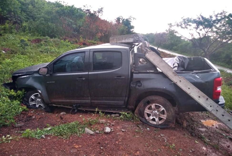 Carro colide em poste após derrapar em poça d'água na BR-343, no Norte do Piauí