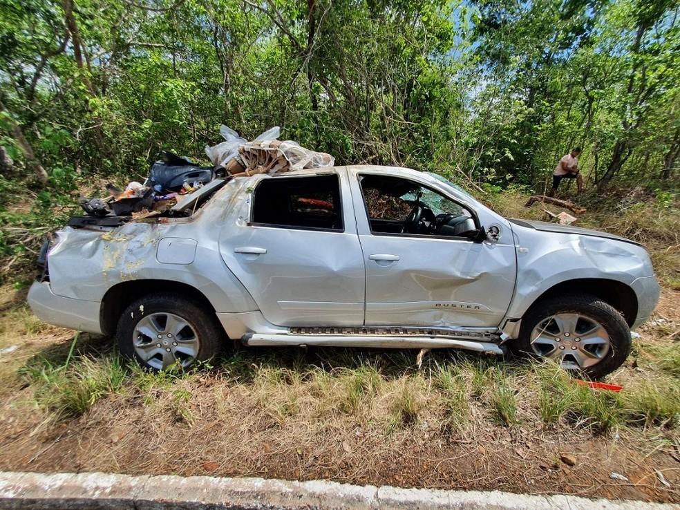 Motorista dorme ao volante, carro capota e quatro ficam feridos na BR-343