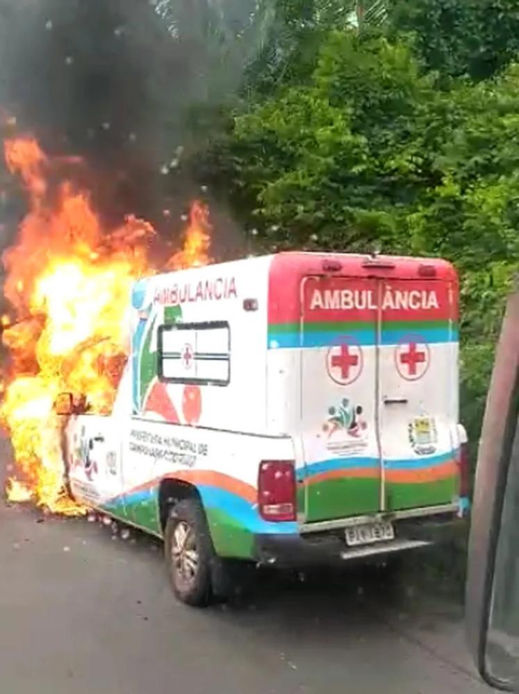 Ambulância de Campo Lardo do Piauí pega fogo quando fazia transporte de paciente