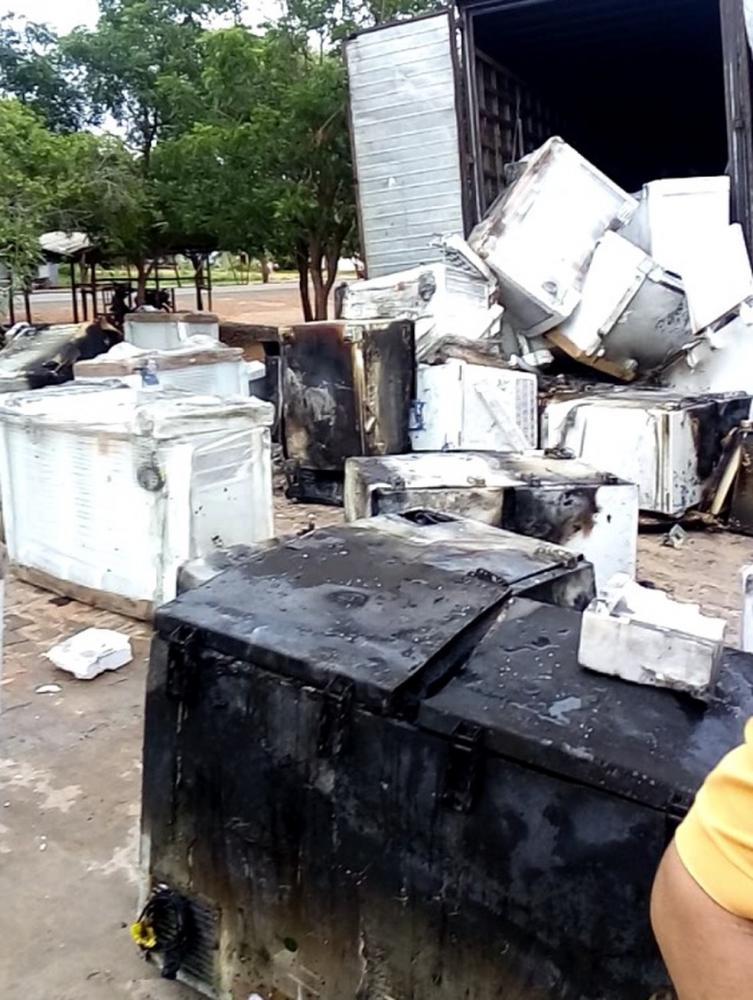 Incêndio em caminhão-baú destrói cerca de 100 freezers no Piauí