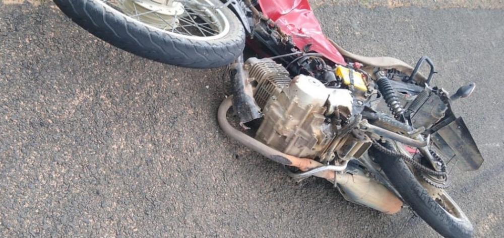 Homem morre após colidir moto com carro de luxo na BR-343