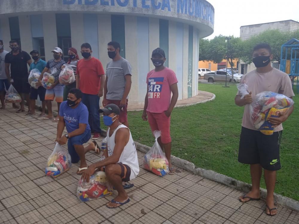 Artistas e realizadores de eventos de Esperantina recebem cestas básicas