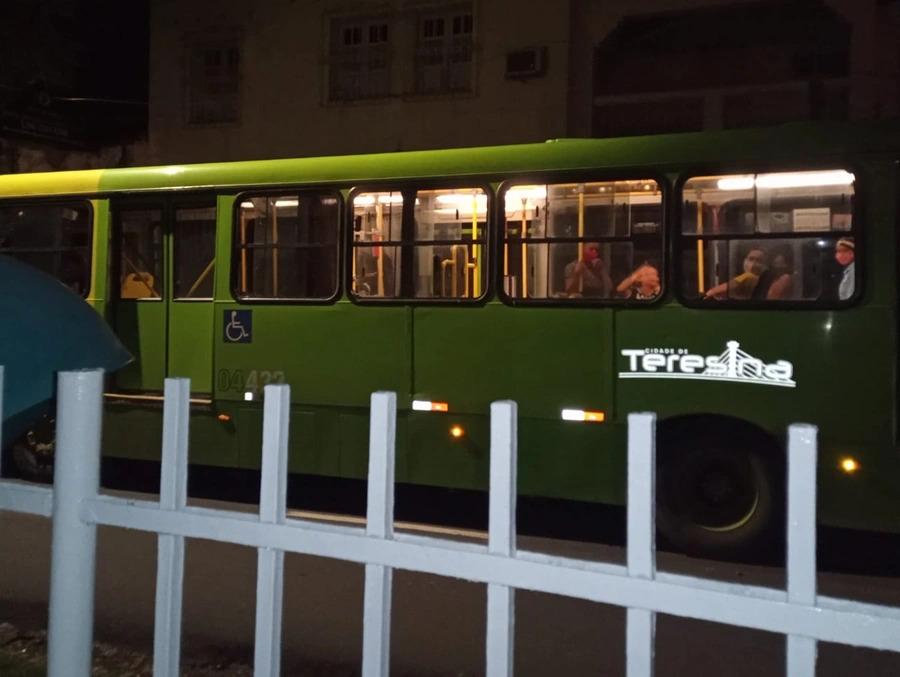 Bandido rende passageiros e faz arrastão em ônibus da capital do Piauí - Fotos: WhatsApp