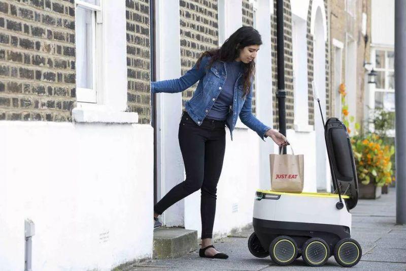 Um robô da empresa Starship realizando uma entrega de comida - (Foto: Starship Technologies)