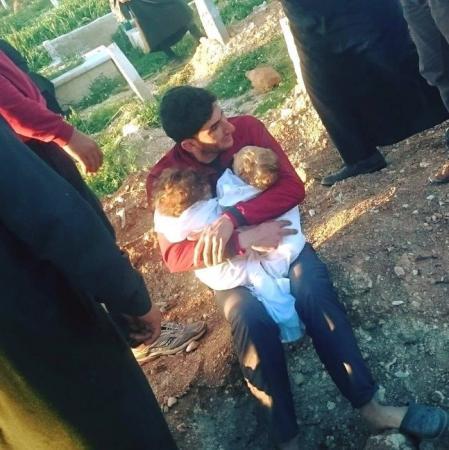 Pai chora abraçado aos filhos mortos em ataque químico na Síria