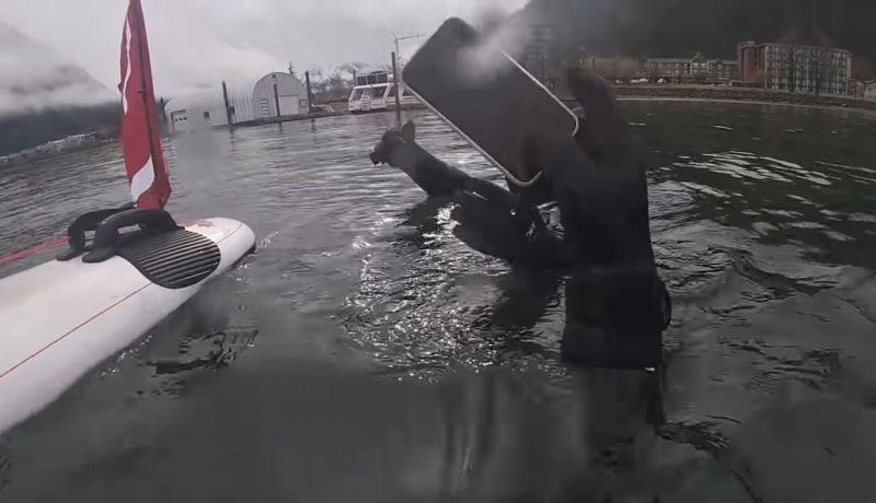 Celular estava há 6 meses no fundo do lago - (Foto: Reprodução/YouTube)