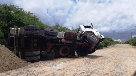 Caminhão caçamba tomba durante carregamento de areia no Piauí
