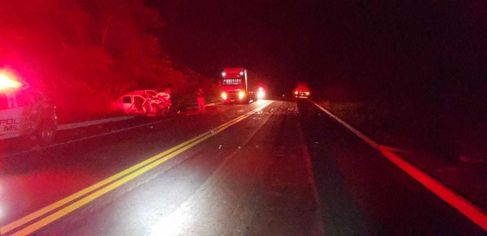 Jovem de 27 anos morre após colisão frontal entre carro e carreta na BR-316