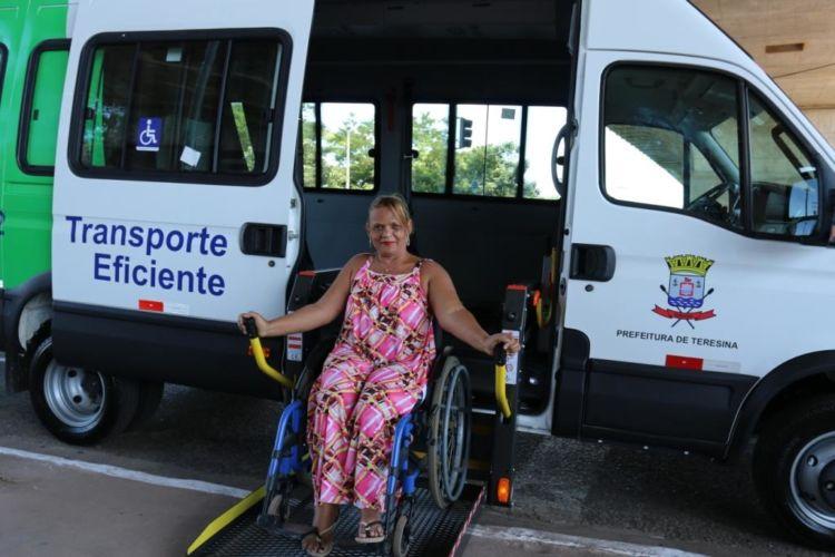 Cadeirantes protestam em frente à Strans após paralisação de Transporte Eficiente
