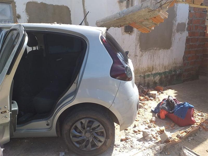 Mulher derruba muro de casa, abandona carro roubado e pistola da PM-PI é encontrada