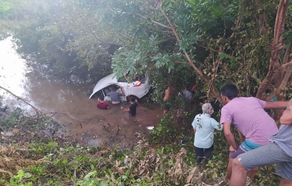 Motorista perde controle e carro cai dentro do rio Longá; foi socorrido por populares - Foto: Revista AZ