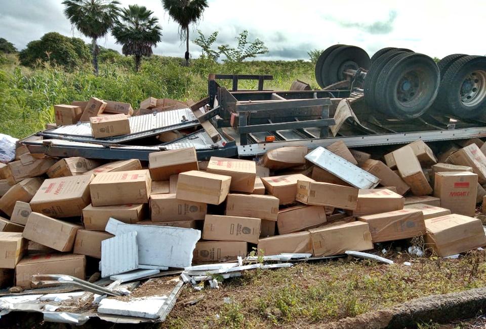Caminhão com cigarros contrabandeados capota em rodovia do Piauí