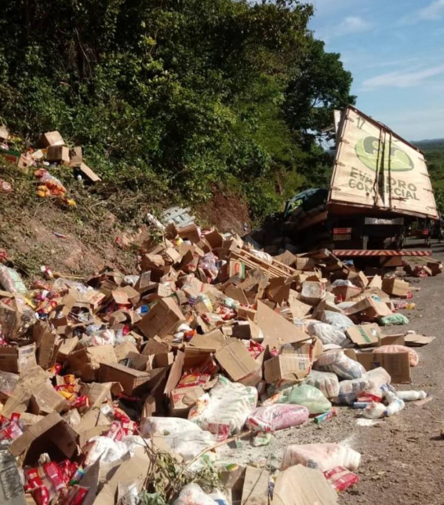 Caminhão baú carregado de alimentos tomba no norte do Piauí