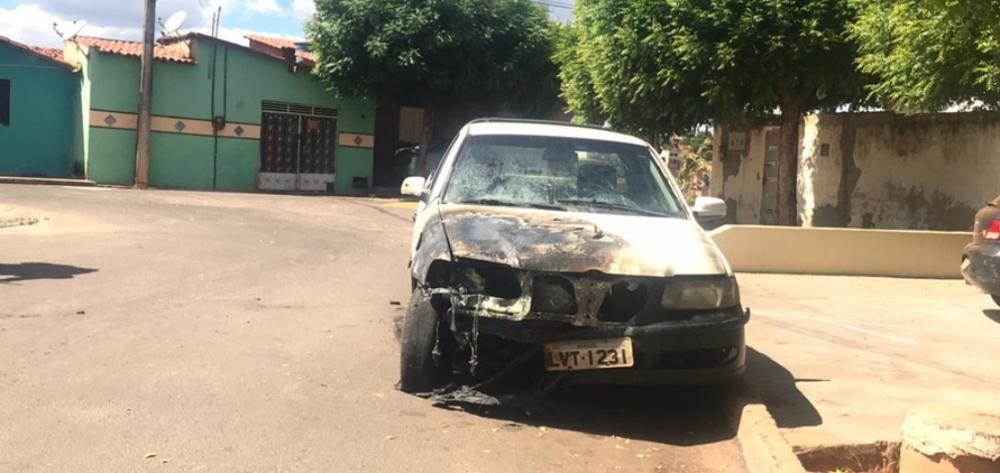 Carro pega fogo em bairro de cidade do Sul do Piauí