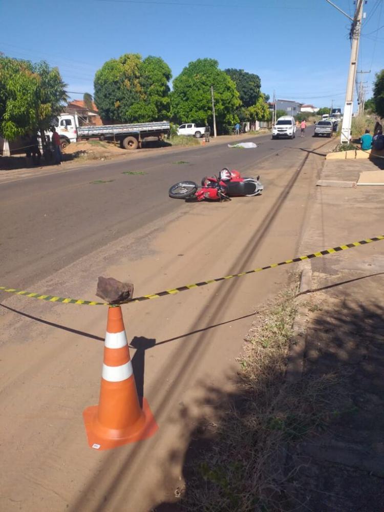 Colisão entre moto e caminhão mata homem e deixa filho em estado grave no Piauí