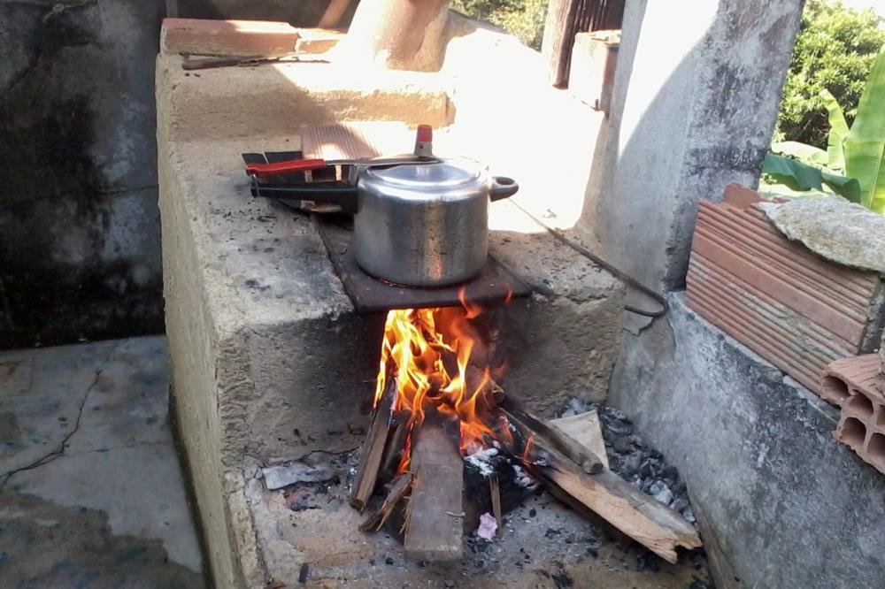 Famílias barrenses voltam a utilizar lenha ou carvão depois da alta do preço do gás de cozinha