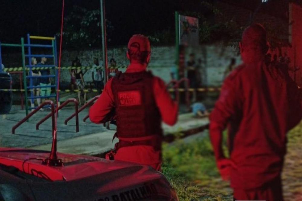 Dupla passa em praça atirando e mata homem que estava sentado em Piripiri