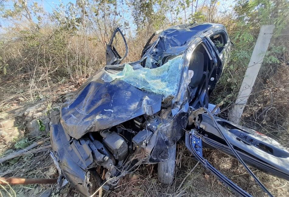 Uma pessoa morre e três ficam feridas após veículo capotar na BR-343 -