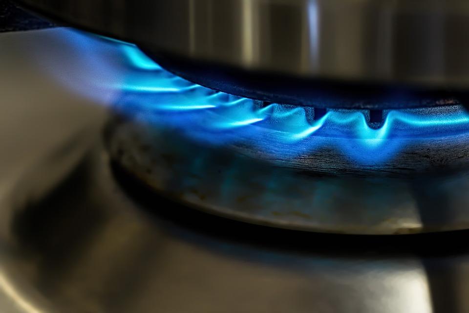 Bolsonaro sanciona lei que cria subsídio para gás de cozinha e diesel