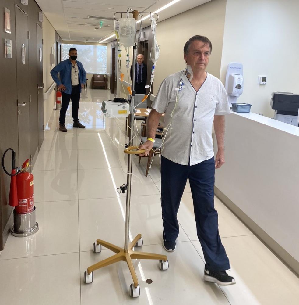 Bolsonaro caminha por corredor de hospital após retirada de sonda