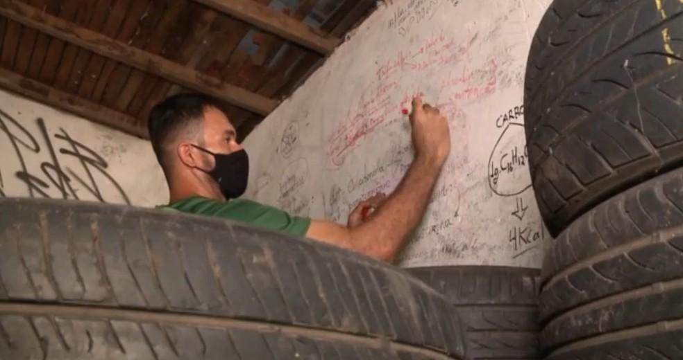 Borracheiro usa parede de oficina como quadro para estudar e concluir curso superior