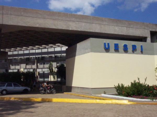 Uespi lança edital de concurso com salários de até R$ 5 mil