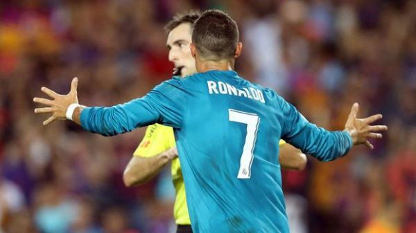 Cristiano Ronaldo é suspenso por cinco jogos por expulsão e empurrão em árbitro