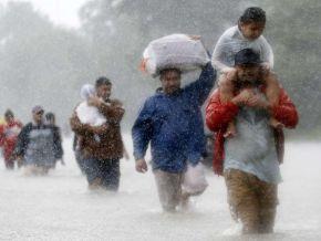 Bebê sobrevive a enchente no Texas agarrado a cadáver da mãe