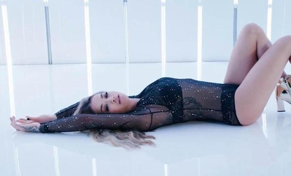 Rita Ora exibe corpaço e tattoos em clipe de lingerie