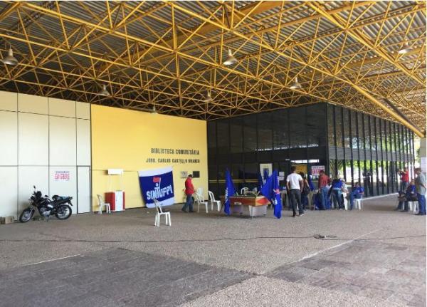 Paralisados, servidores cantam e jogam sinuca em frente à biblioteca da UFPI
