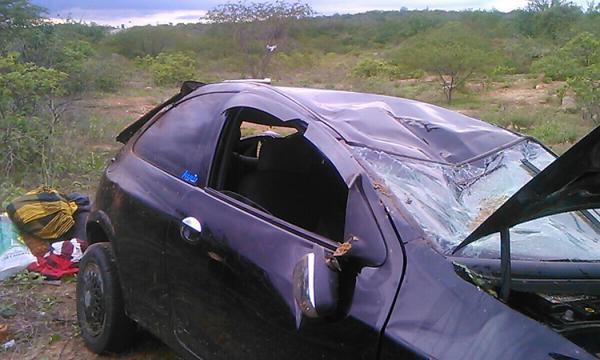 Carro capota após pneu estourar na BR 407 no Piauí