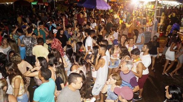 Folião em Barras PI supera as críticas e multidão cai na folia