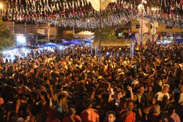 Público lota Calçadão na primeira noite do Carnaval de Altos