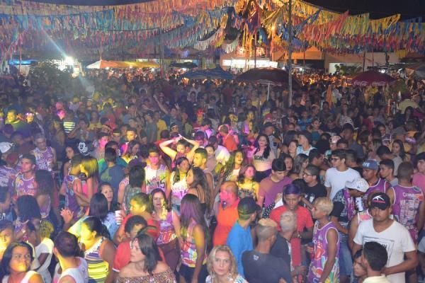 A chuva não intimidou e o público compareceu com força na terceira noite de Carnaval em Barras