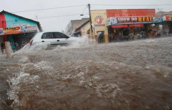 Forte chuva enche rios, deixa ruas alagadas e inunda casas em Pedro II