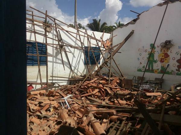 Teto de sala de aula da Escola do povoado Barreiros do Alcides Lages desaba