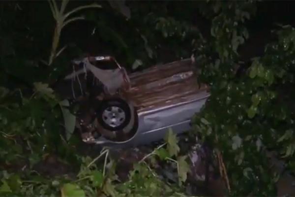 Carro cai em galeria após ser arrastado por chuva e motorista morre