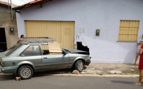 Homem passa mal, perde controle de carro e invade casa na capital