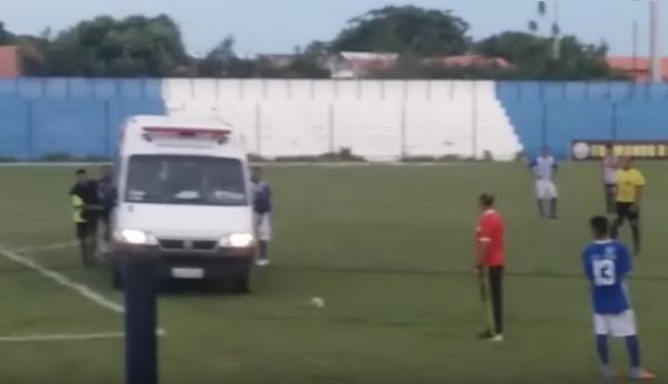 Ambulância da prefeitura de Parnaíba 'dá o prego' durante atendimento em partida de futebol; VÍDEO